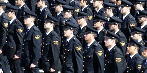 Policía es la persona que no se plantea el hecho de ayudar a los demás, es la persona que actúa por el impulso de proteger.